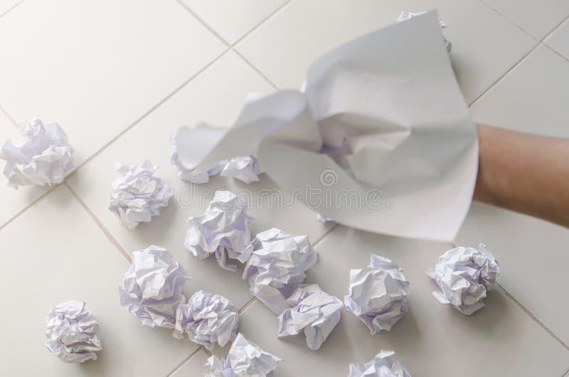Ninguna idea y concepto del fall - mano humana que sostiene el papel arrugado y la basura foto de archivo