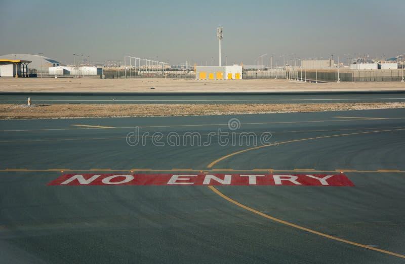 Ninguna muestra de la entrada en la pista del aeropuerto en el asfalto fotos de archivo
