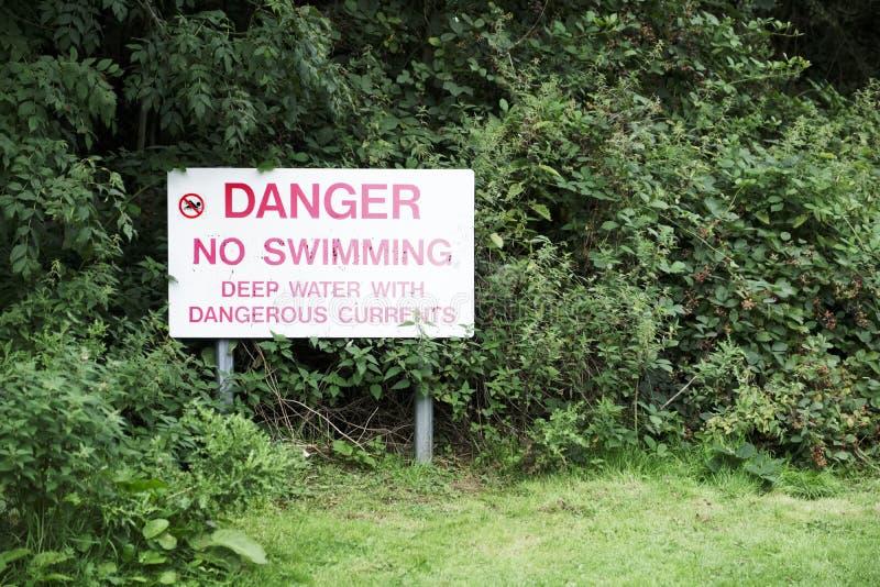 Ninguna muestra del peligro de la natación cerca del agua profunda y de las corrientes peligrosas foto de archivo libre de regalías