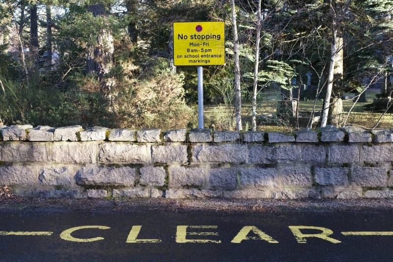 Ninguna muestra exterior de detención de la seguridad en carretera de la escuela mantiene claro contra el cielo azul fotografía de archivo libre de regalías
