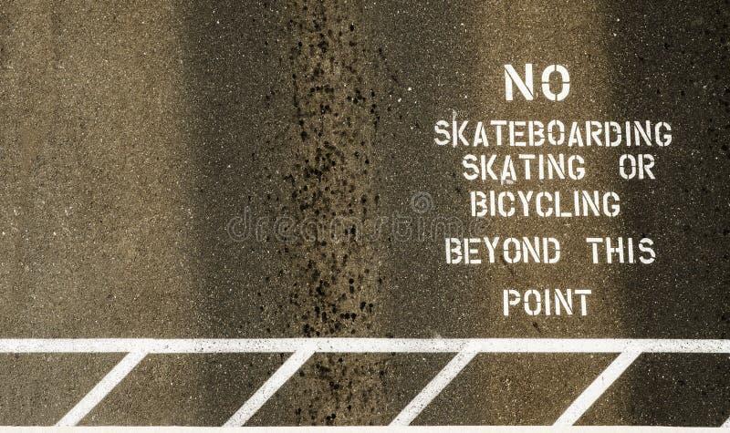 Ninguna muestra que anda en monopatín pintada en la senda para peatones fotografía de archivo