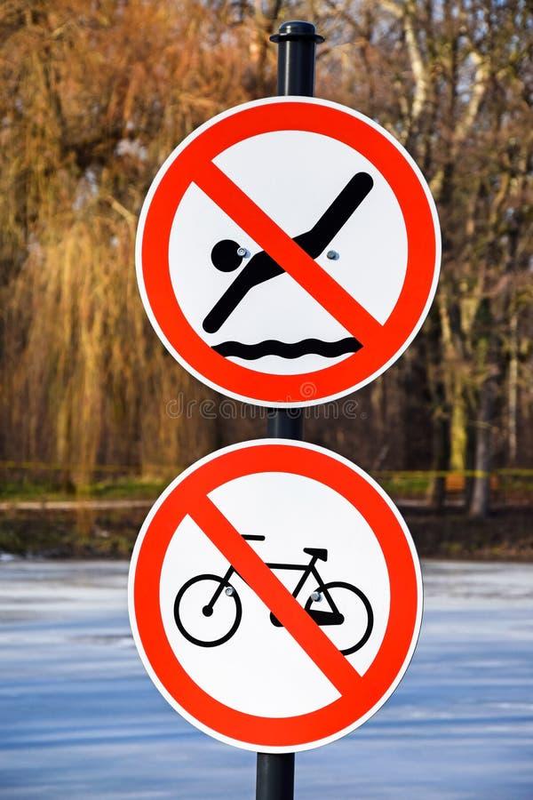 Ninguna natación y ningunas señales de tráfico de ciclo foto de archivo
