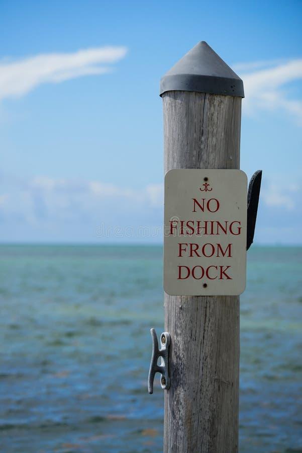 Ninguna pesca de la muestra del muelle imagen de archivo