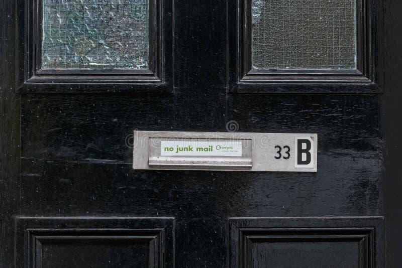 Ninguna precaución del correo basura en la puerta, Londres foto de archivo