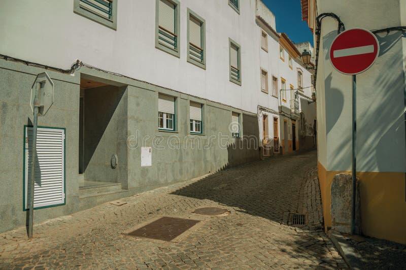 Ninguna señal de tráfico de la entrada delante del callejón vacío estrecho fotos de archivo