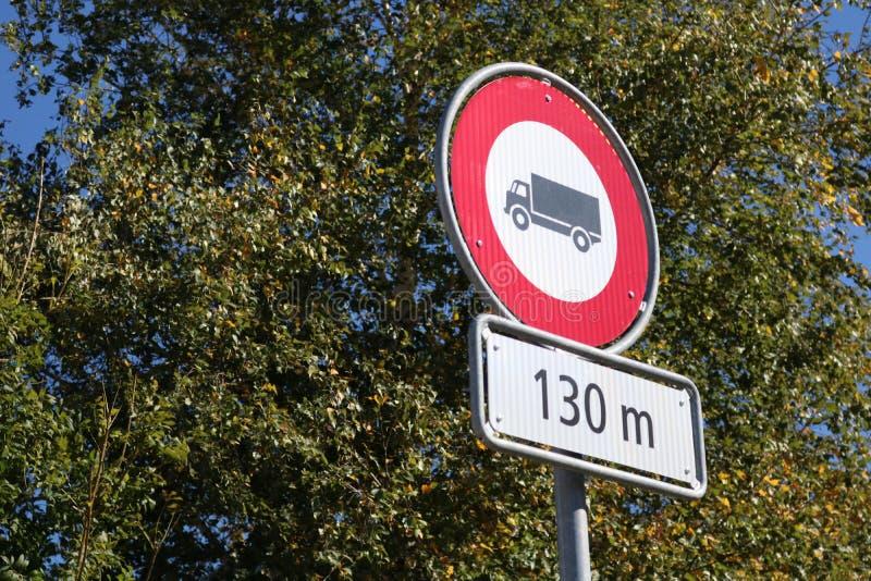 Ninguna señal de tráfico roja permitida camión imágenes de archivo libres de regalías