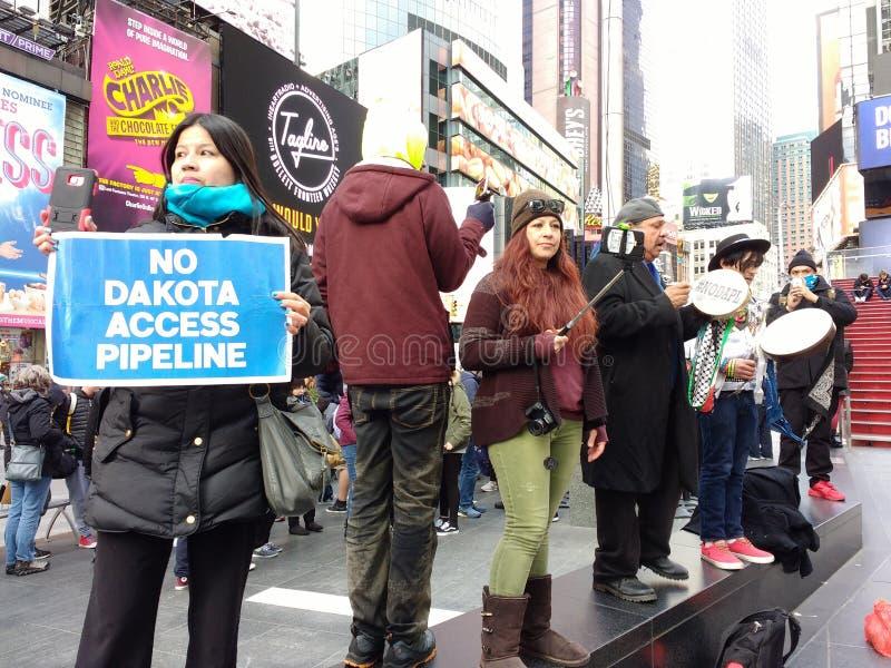 Ninguna tubería del acceso de Dakota, manifestantes en el Times Square, New York City, NYC, NY, los E.E.U.U. imágenes de archivo libres de regalías
