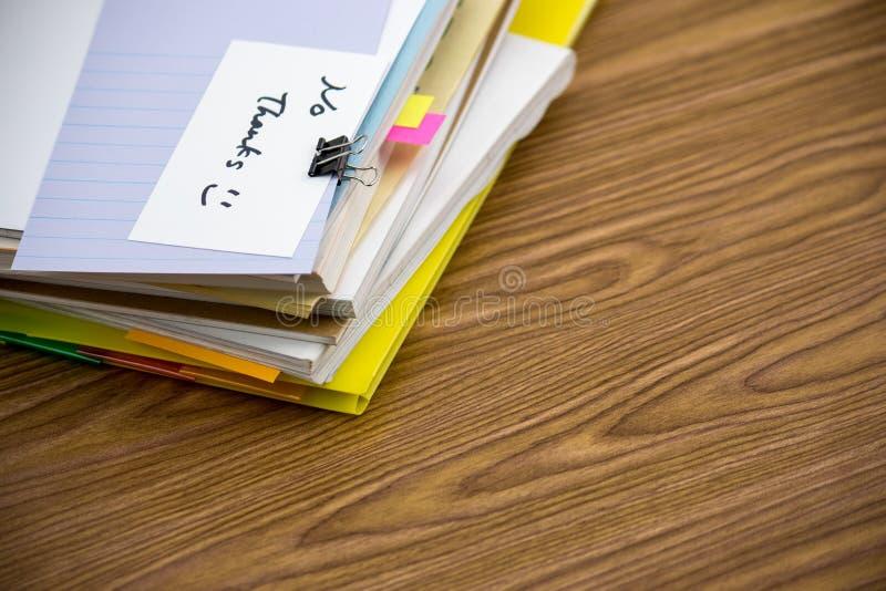 Ningunas gracias; La pila de documentos de negocio en el escritorio foto de archivo libre de regalías