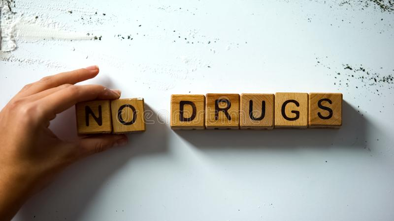 Ningunas palabras hechas de cubos de madera, efecto da?ino del narc?tico, concepto de las drogas del apego fotos de archivo libres de regalías