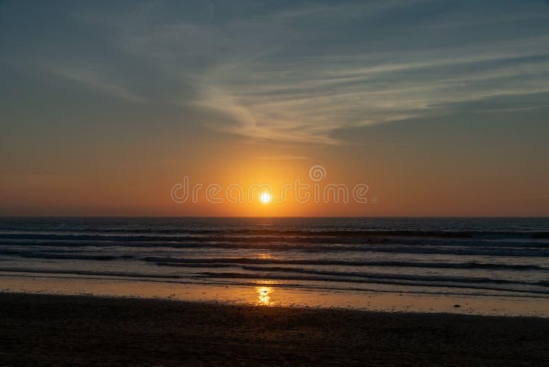 Ningunas personas con una puesta del sol de oro sobre el Océano Atlántico de la playa de Agadir, Marruecos, África foto de archivo libre de regalías
