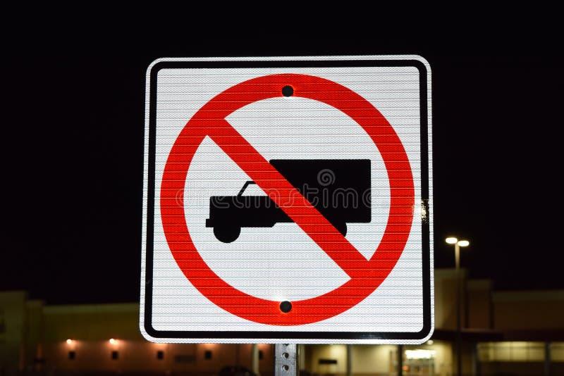 Ningunos camiones permitieron la placa de calle imagenes de archivo