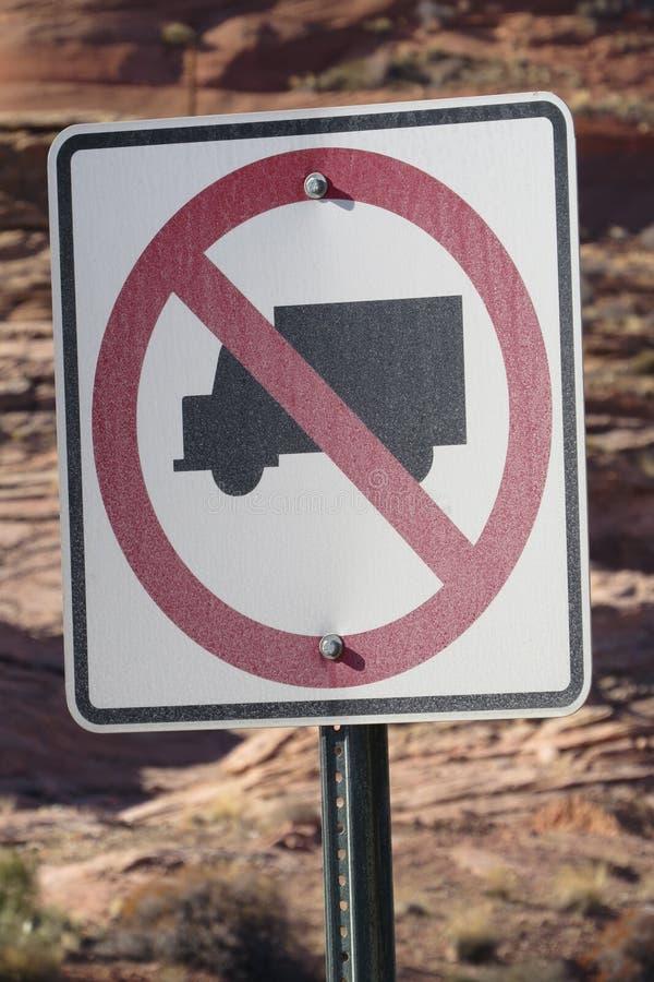 Ningunos camiones permitieron la señal de tráfico en el desierto cerca de Glen Canyon Dam fotografía de archivo
