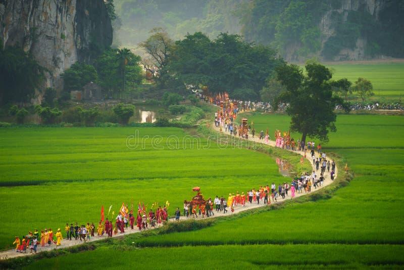 Ninh Binh, Βιετνάμ - 10 Απριλίου 2017: Ταϊλανδικό VI παραδοσιακό φεστιβάλ άνοιξη με τους συσσωρευμένους ανθρώπους και palanquin,  στοκ εικόνες