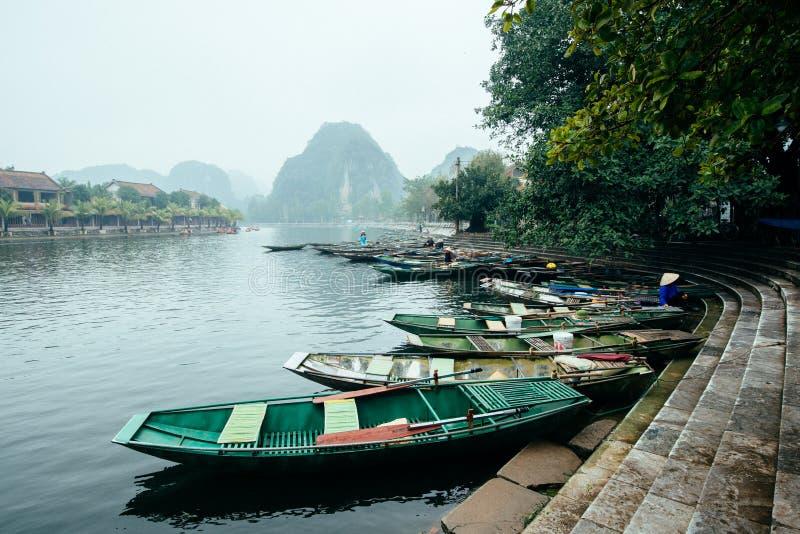 Ninh Binh est un endroit de touristes populaire au Vietnam image libre de droits