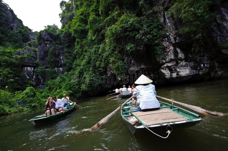Ninh Binh, Vietnam - 14 de octubre de 2010: Entrada a la cueva en el río de Ngo Dong Río subacuático Paisaje formado por las torr imagenes de archivo