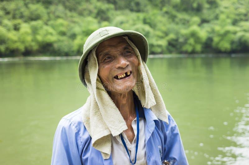 Ninh Binh, Vietnam - 16 mai 2015 : Portrait en gros plan de vieil homme de touristes de bateau à rames à la destination de voyage photographie stock libre de droits
