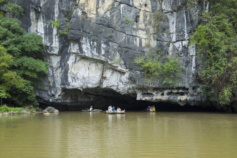 Ninh Binh, Vietnam - Mei 16, 2015: Buitenmening van natuurlijk hol op Ngo Dong-rivier, Tam Coc, Ninh Binh royalty-vrije stock foto