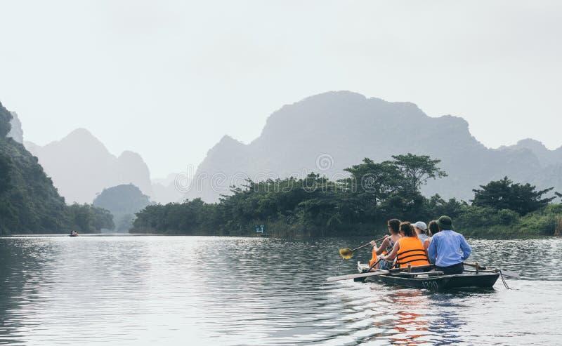 Ninh Binh, Vietnam - Mei 2019: toeristen op een rondvaart in Trang een aardpark stock fotografie