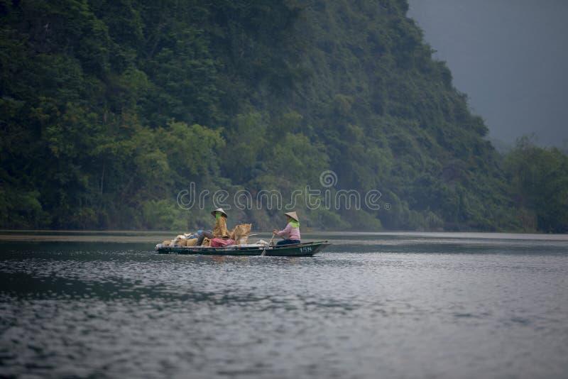 Ninh binh Vietnam - november6,2017: byinvånarekvinnasegelbåt i trang en ekoturismplats i ninhbinhlandskapet som är nordligt av royaltyfria foton