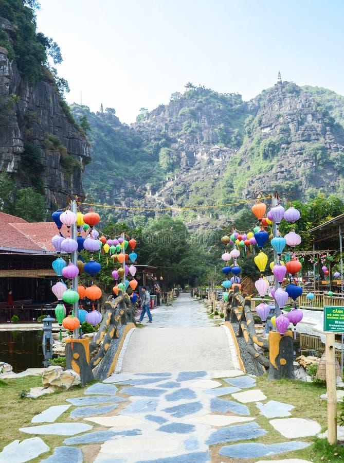 Ninh Binh, Vietnam - November 26, 2018: Hang Mua Mountain synvinkel eller M.U.A.-grottor Ecolodge som bedövar sikt av Tam Coc omr royaltyfri bild