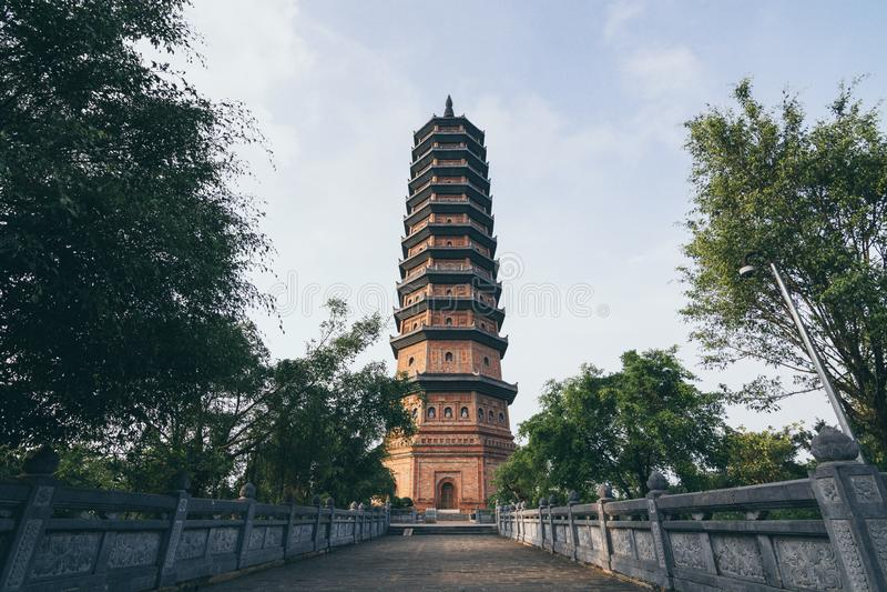 Ninh Binh, Vietname - em maio de 2019: opinião do por do sol sobre o stupa de Bai Dinh no complexo do templo budista imagens de stock royalty free