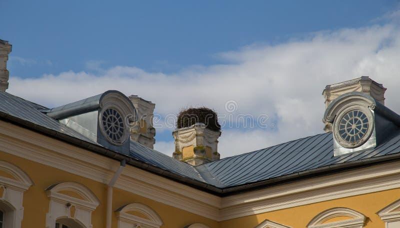 Ninho da cegonha no palácio de Rundale foto de stock
