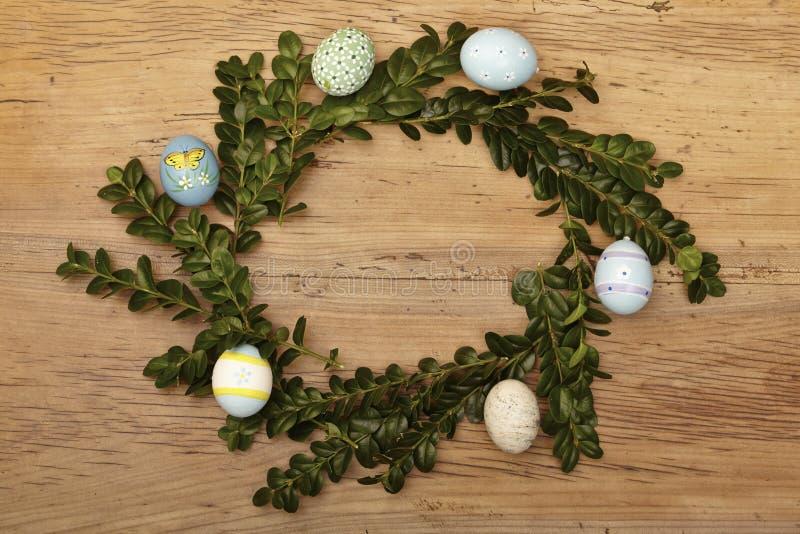 Ninho da Páscoa com os ovos da páscoa na madeira imagens de stock