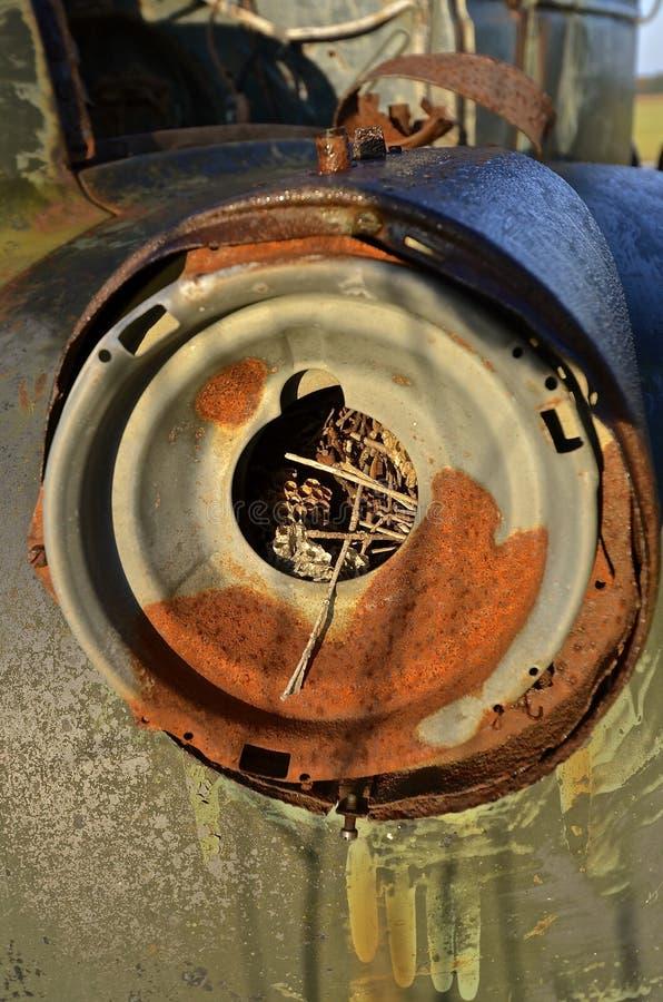 Ninho da vespa no farol do caminhão velho imagem de stock