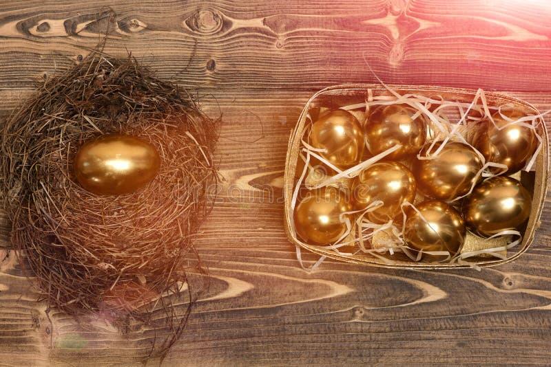 Ninho do pássaro, caixa com os ovos dourados tradicionais na madeira, antiguidade imagens de stock