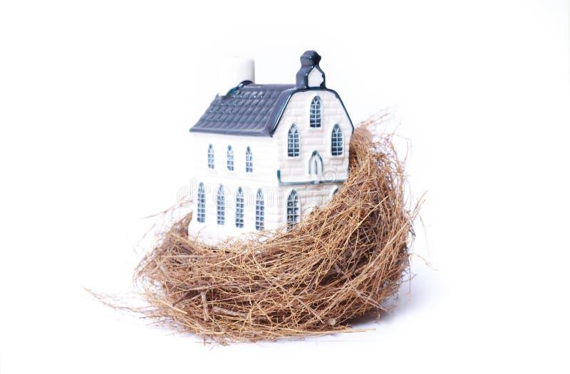 Ninho do pássaro e casa (economia dos bens imobiliários) fotografia de stock royalty free