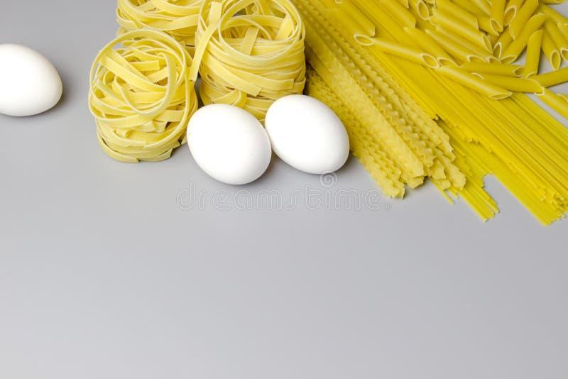 Ninho italiano do tagliatelle da massa isolado no fundo branco fotos de stock