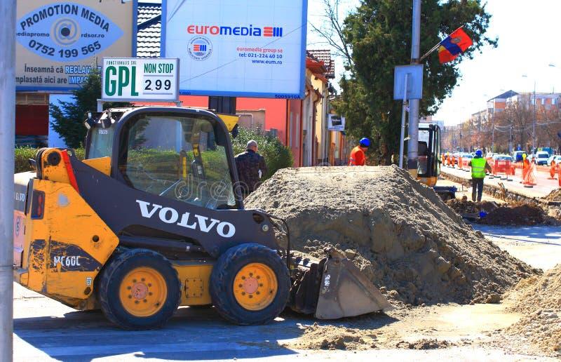 Ninho pequeno da máquina escavadora ao roadwork fotografia de stock royalty free