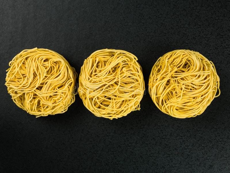 Ninhos crus dos macarronetes de ovo da multa do estilo chinês foto de stock royalty free
