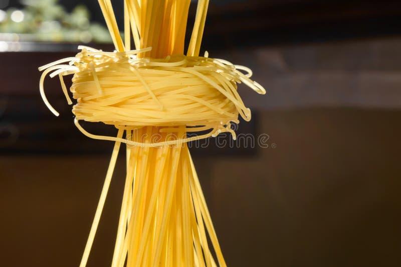 Download Ninhos E Suporte Da Massa Dos Espaguetes Eretos Em Uma Cozinha Iluminada Imagem de Stock - Imagem de longo, vegetariano: 80101523
