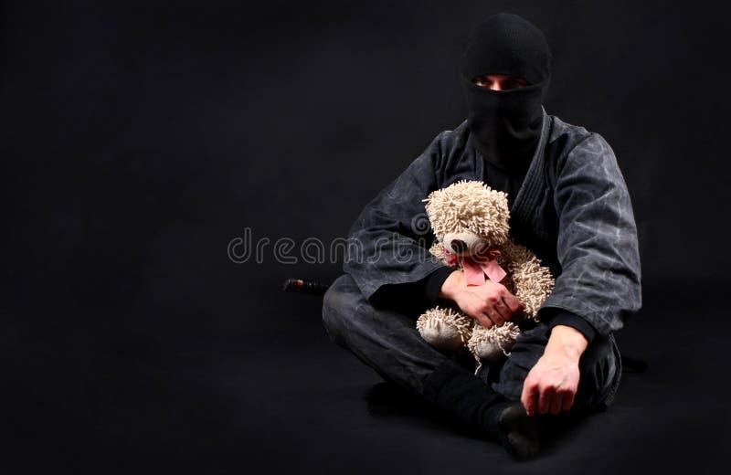 Ninja con el oso de peluche Bueno y fuerza foto de archivo libre de regalías