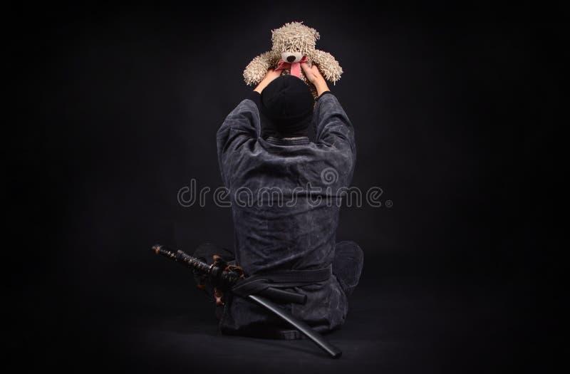 Ninja con el oso de peluche Bueno y fuerza imágenes de archivo libres de regalías