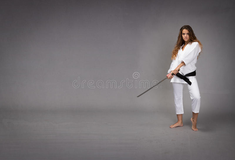 Ninja con la espada lista para golpear fotos de archivo