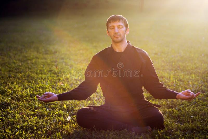 Ninja i meditation arkivfoton