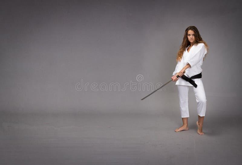 Ninja med svärdet som är klart att slå arkivfoton