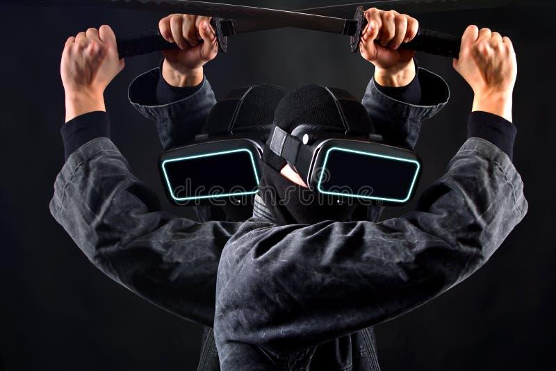 Ninja samurajer i virtuell verkligheth?rlurar med mikrofonexponeringsglas VR-lekbegrepp fotografering för bildbyråer