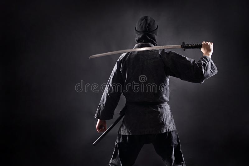 Ninja samurajowie z katana stojakami z jego plecy widz zdjęcie stock