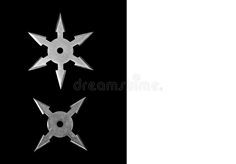 Ninja Star Shurikens på svart bakgrund med utrymme, snabbt PA royaltyfri bild
