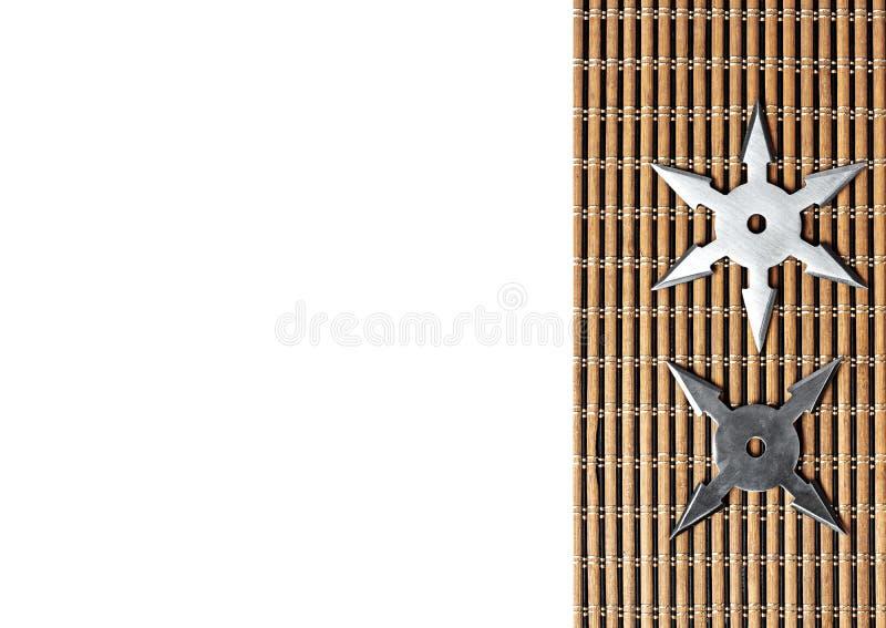 Ninja Star Shurikens på träbakgrund med utrymme för text arkivfoton