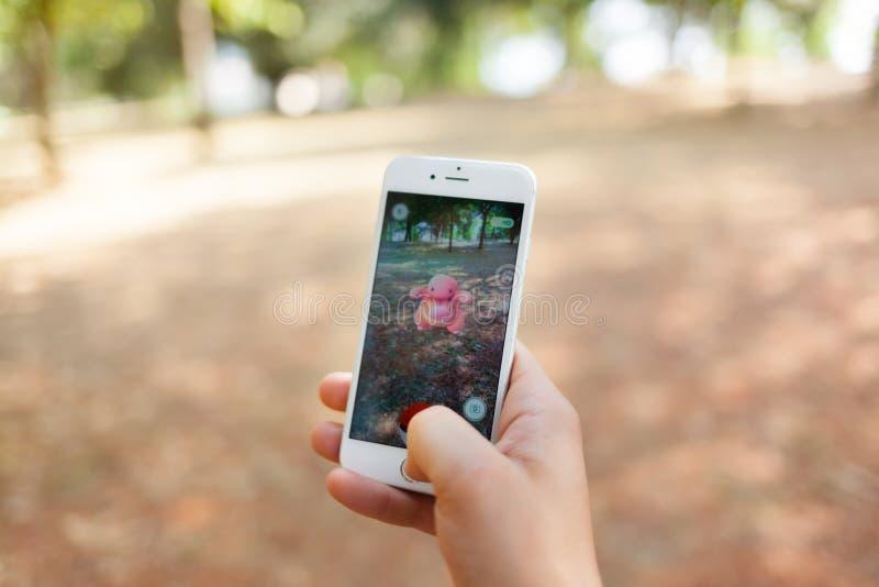Nintendo Pokemon GAAT vergrote werkelijkheidssmartphone stock afbeelding