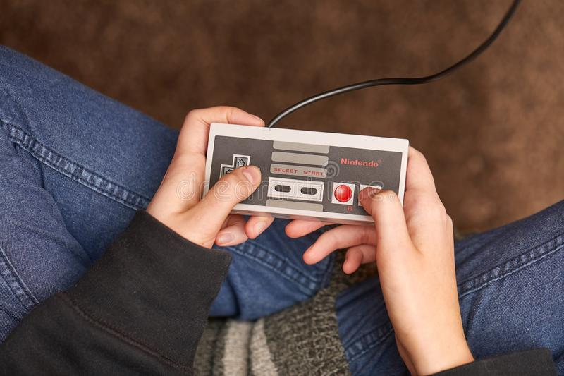 Nintengo NES som spelar toppna Mario 3 royaltyfria foton