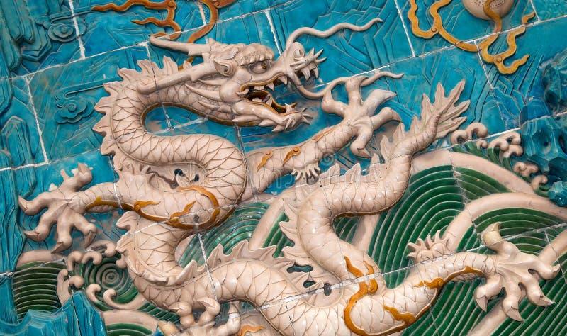Nio-draken väggen (Jiulongbi) på Beihai parkerar, Peking, Kina Dendrake väggen (Jiulongbi) på den Beihai medeltalen arkivfoto