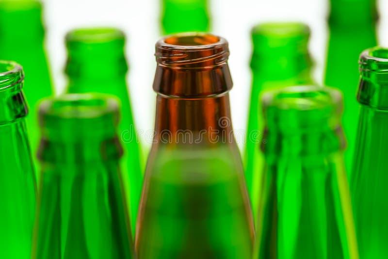 Nio gröna och för en brunt flaskor arkivfoton