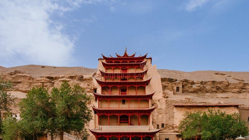Nio-nivå byggnad på Mogao grottor i Dunhuang, Gansu, Kina royaltyfri foto