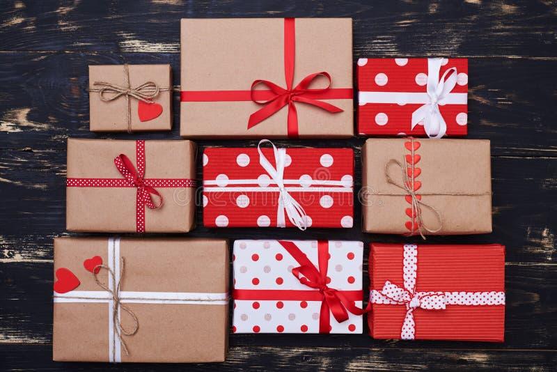 Nio sorterade fyrkantiga gåvaaskar för format på den plana orienteringen royaltyfri bild