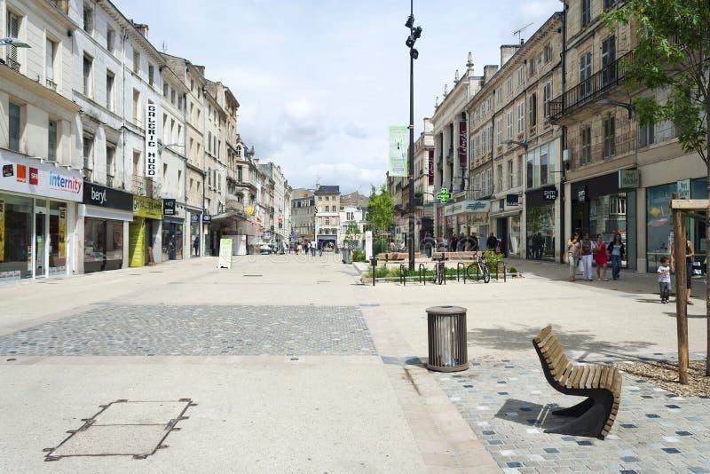 Niort shoppar på Rue Victor Hugo royaltyfri foto